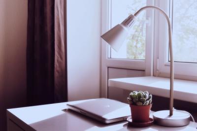 Jak wybrać lampkę na biurko? Przygotuj odpowiednie miejsce do pracy i nauki!